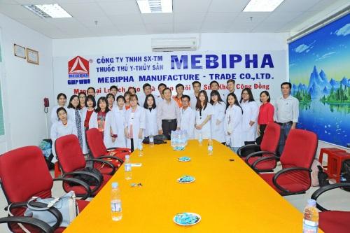 Chụp lưu niệm giữa các quản lý nhà máy, Thầy và các bạn sinh viên trường Hutech 2