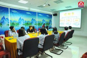 Mrs Trần Tuyết Xương đang hướng dẫn quy trình GMP-WHO 2