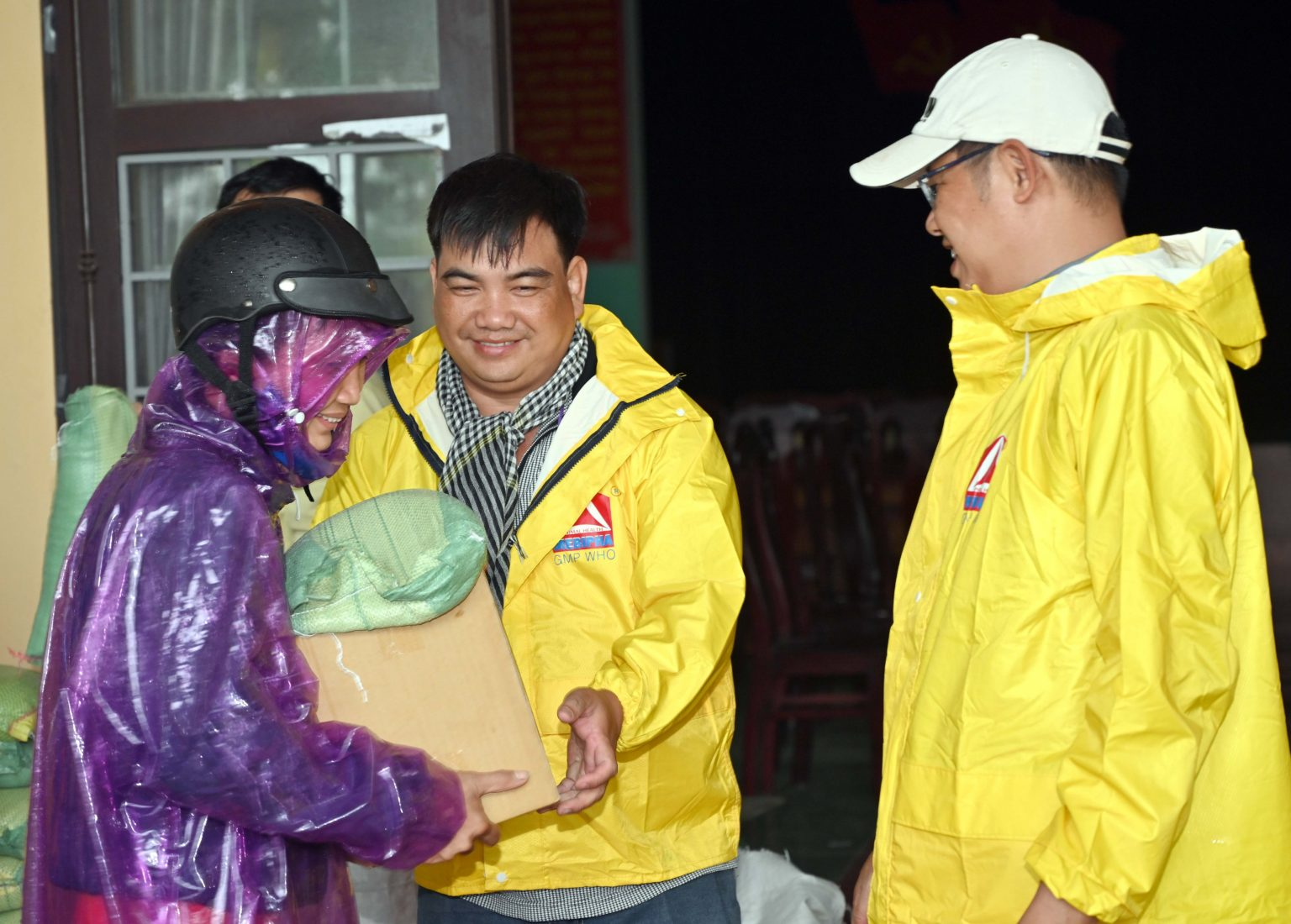 cứu trợ miền Trung
